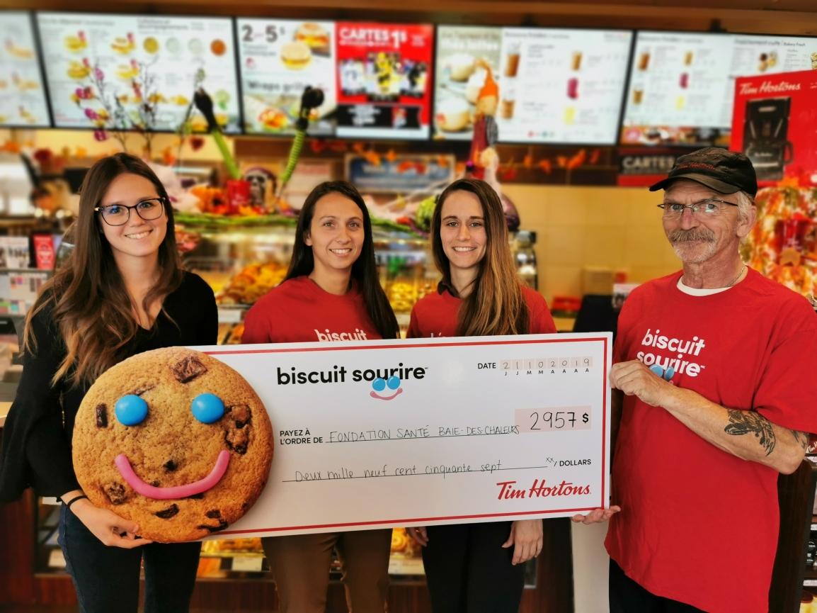 La Fondation Santé Baie-des-Chaleurs reçoit 2 957 $ grâce à la campagne du Biscuit SourireMC de TimHortons